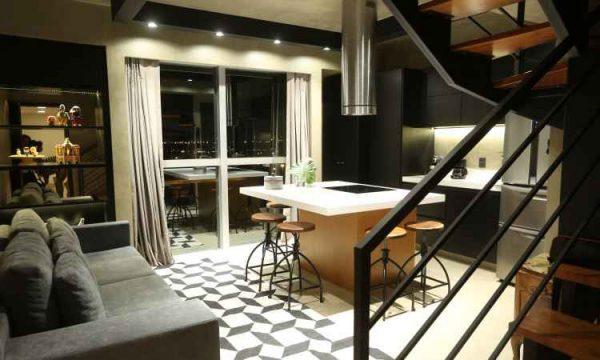 Revestimento microcim foi usado no piso, na parede e no teto, além da cor preta na estrutura metálica da escada e da iluminação