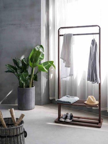 A cortina é transparente possibilitando a entrada de luz natural no ambiente na medida certa. As paredes, imitam o concreto. Foto: @tutuwords